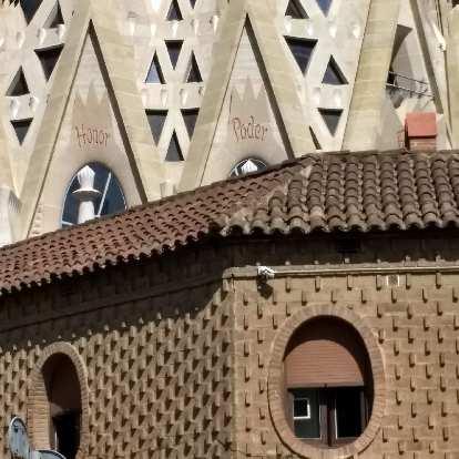 """""""Honor"""" and """"poder"""" at La Sagrada Familia."""