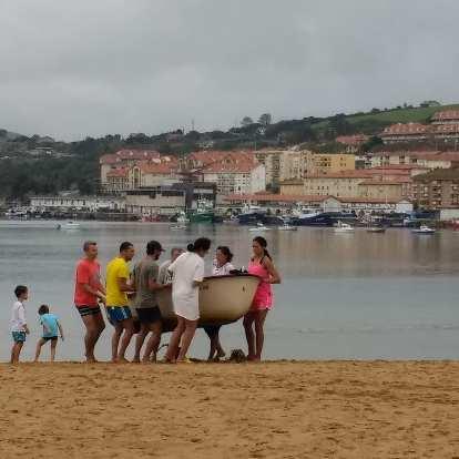 A family carrying a canoe at Playa el Tostadero.