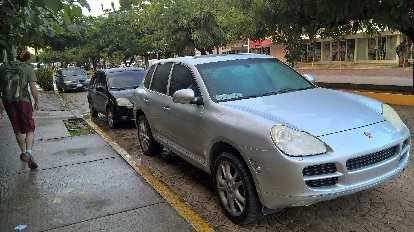 silver Porsche Cayenne, Cancún