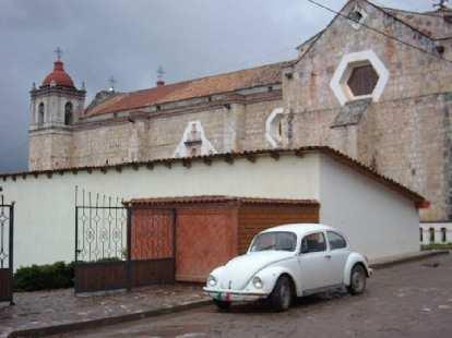 A VW Beetle at a church in Capulalpan de M̩ndez.