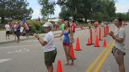 Diana and Dani cheering on the elite runners.