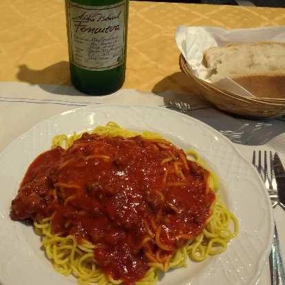 Spaghetti with marinara sauce, bread, and cider at the restaurant inside Hotel Favila in Olveido.