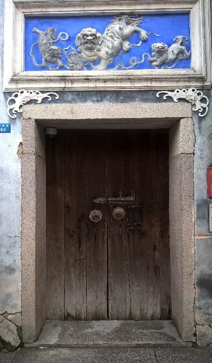 A door with a lion carving above it off Tonghu Rd. in Fuzhou, Taiwan.