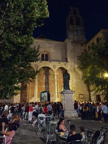 restaurant patrons at night, Fray Luis de Granada statue, concert outside Iglesia de Santo Domingo