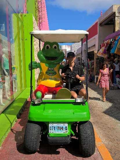 Felix Wong, Señor Frog, golf cart, Isla Mujeres