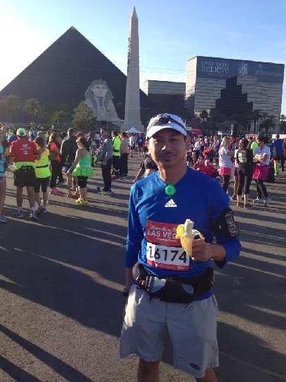 Bandy eating a banana before the start of the Rock 'n' Roll Las Vegas Marathon.
