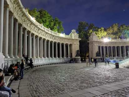 Lots of mostly young people were hanging out at the colonnade at the Monumento a Alfonso XII in the Parque del Retiro.