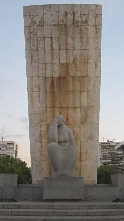 A statue at la Plaza de Castilla.