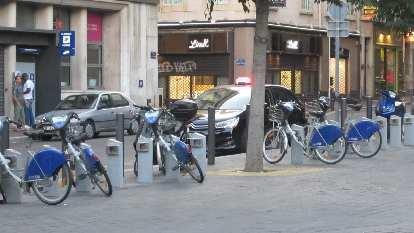 The city bike share bicycles were like the V̩lib' bikes in Paris, just with blue-colored fenders.