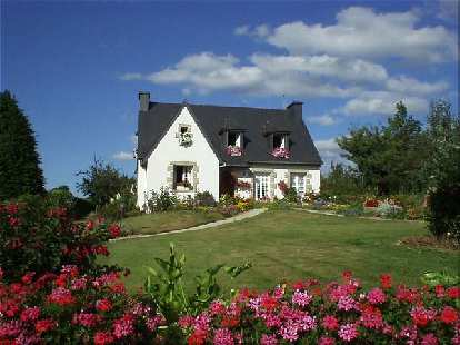 [KM ~706, 44:18 elapsed, 6:18 p.m.] Another nice French cottage, with tons of flowers (as many French homes have)...