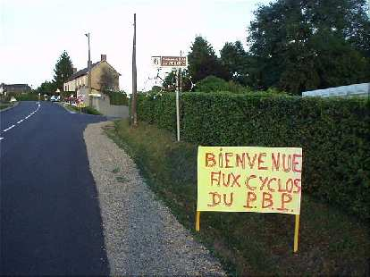 "[KM 1075, 70:23 elapsed, 8:23 p.m.] More encouragement from the locals: ""Bienvenue aux cyclos du P.B.P"""