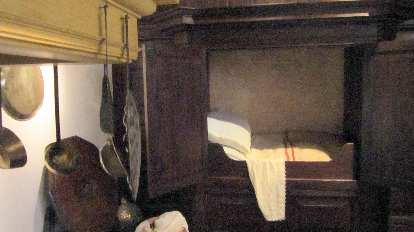 Rembrandt's bed was short like this because back then, doctors believed it was dangerous for the head to be at the level of one's body while sleeping.