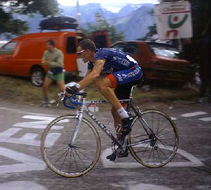 Lance Armstrong on his Trek 5900 in the 2001 Tour de France.