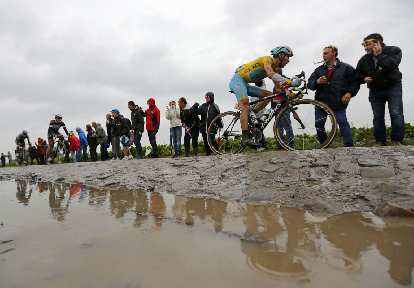 Vincenzo Nibali on a Specialized Roubaix during the cobble-stoned fifth stage of the 2014 Tour de France.
