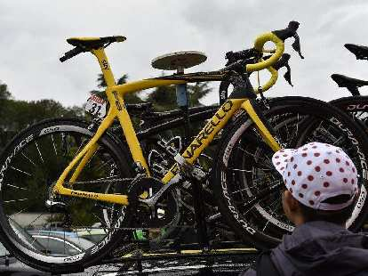 Chris Froome's yellow Pinarello Dogma F8, 2015 Tour de France, spectator