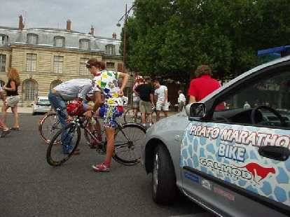 Outside of L'Chateau d'Versailles was the women's Monoprix bicycle race.  Here is a cyclist on the MG Rover team.