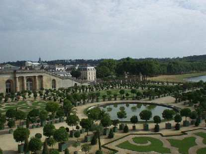 I enjoyed being in the gardens more than the richly decorated interior.  In L'jardins, baroque music was being piped through hidden loudspeakers.