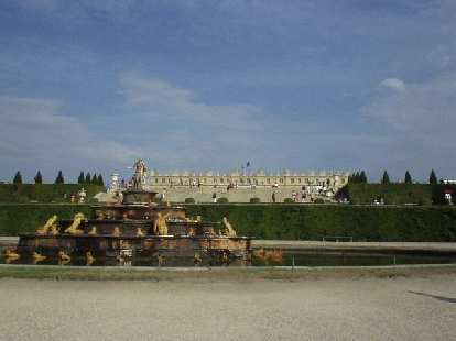 The French flag was proudly flying above L'Chateau de Versailles, and rightly so!  Vive l'France!