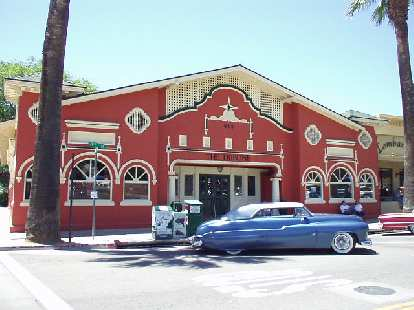 Downtown Paso Robles has lots of character, with many antique shops, restaurants... even a French cafe and a bistro.  Here in front of The Tribune is a blue Mercury.