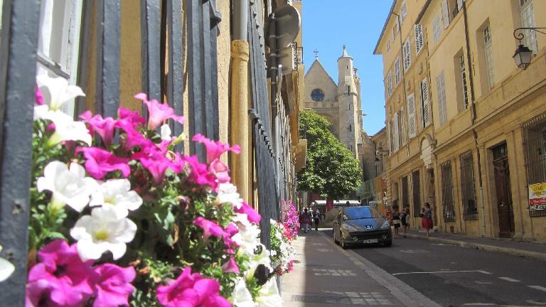 Flowers are abundant on Proven̤al streets.