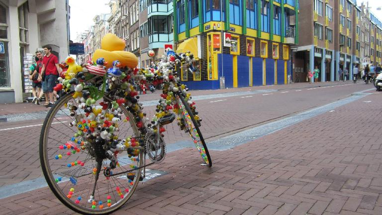 A decorated bike near the Rembrandt house.