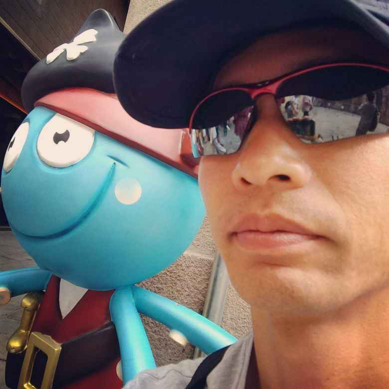 Felix Wong with a blue-colored character (near the Catedral de Barcelona).