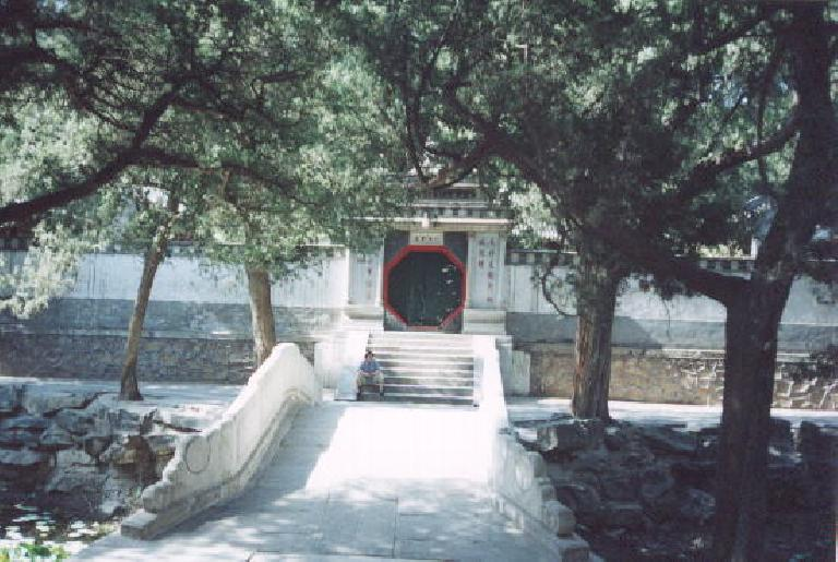 Octagonal door at the Summer Palace. (May 28, 2002)