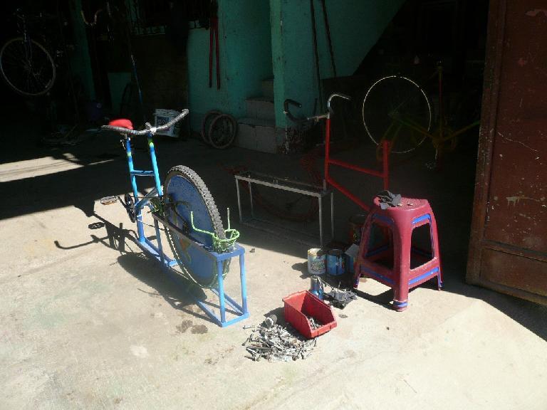 Bicimacademia (bicycle macadamia sheller). (January 6, 2011)