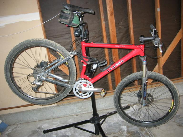 "The seat tube on Steve's coworker's MTB snapped in half. From Steve: ""He is a real strong rider, but he is only 145 pounds so I can't imagine that he overstressed the frame."" (April 25, 2009)"