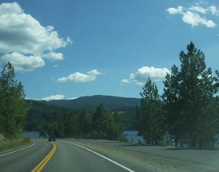 [Coeur d'Alene, Idaho] On Coeur d'Alene Lake Drive, there was a wide recreational trail that would be nice for leisurely evening strolls by the lake. Indeed, this is part of the run and bike course of the Ironman! (June 27, 2003)
