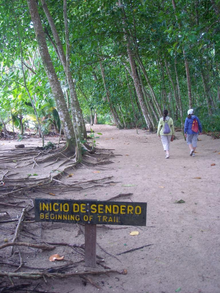 """Inicio de sendero"": Beginning of the trail."