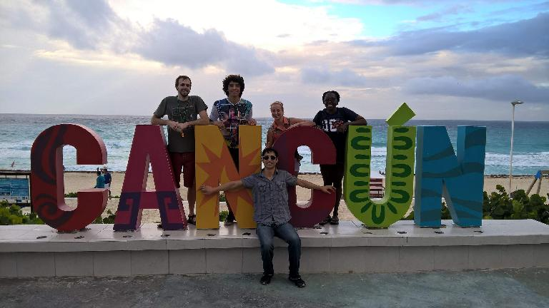 Alberto François, Renzo Ibañez, Felix Wong, Jana Anderson, Pauline Asher, Cancún sign