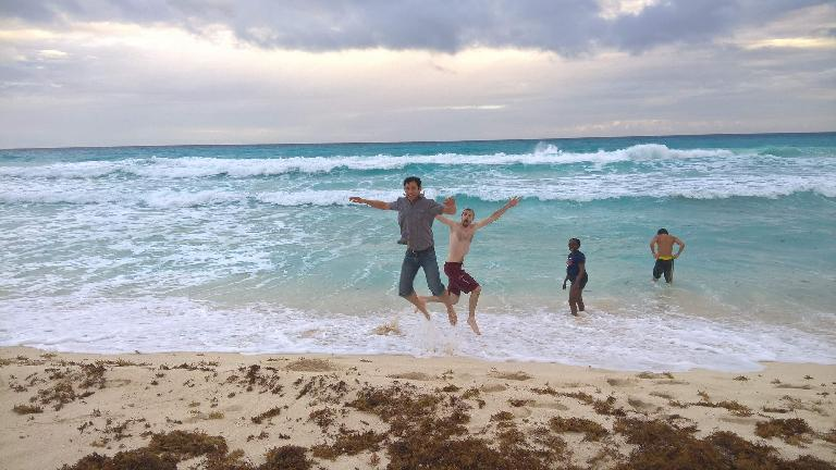 Felix Wong, Alberto François, jumping on beach, Pauline Asher, Renzo Ibañez, Cancun, ocean waves