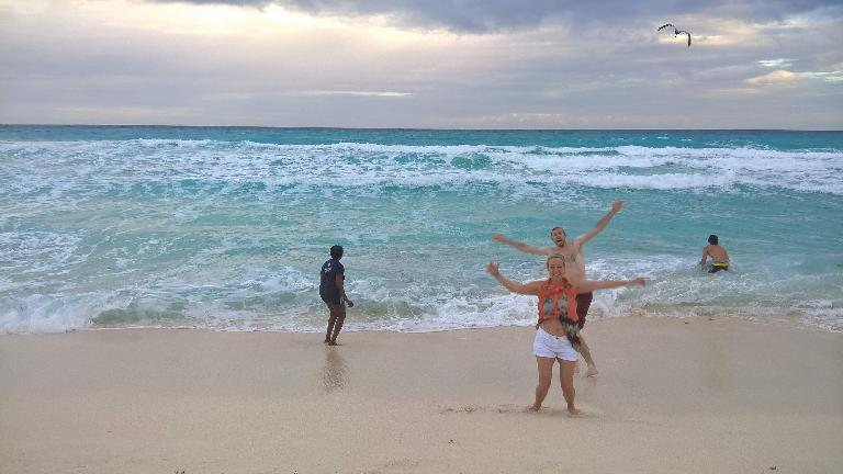 Pauline Asher, Jana Anderson, Alberto François, Renzo Ibañez, Cancún, jumping on beach, ocean waves