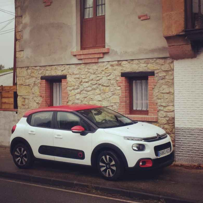 A white Citroën C2 white red roof and Airbumps.