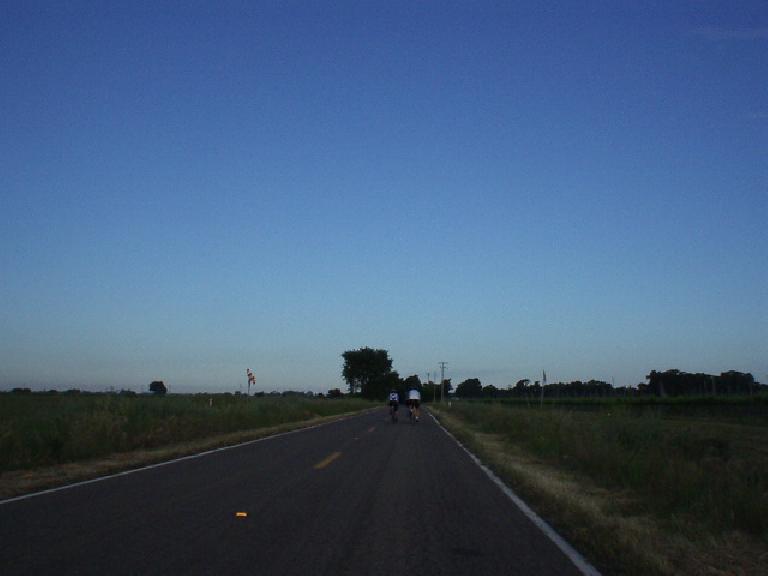 [Mile 6, 7:22am] No traffic, good roads, flat land.