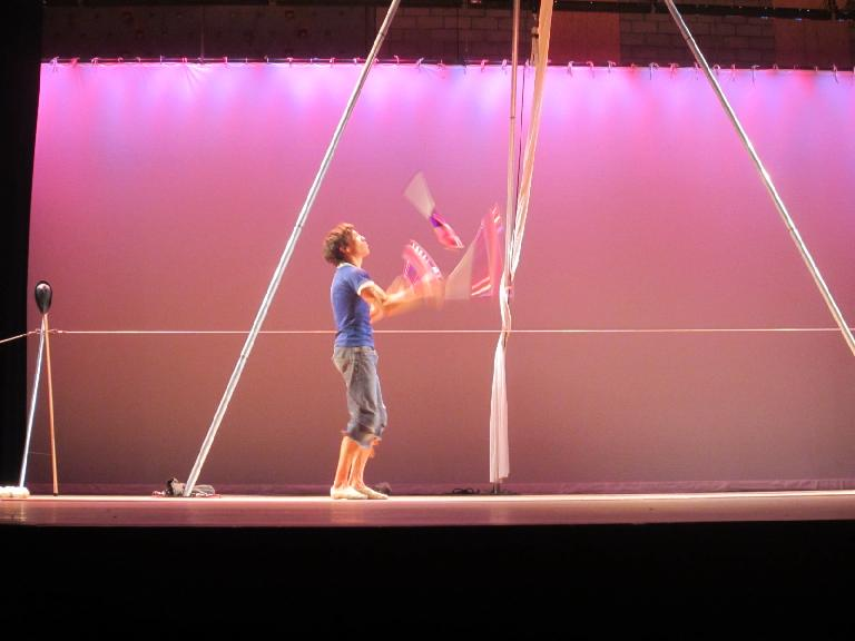 Sven Jorgensen juggling.