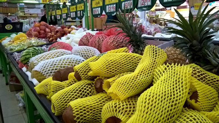 Various fruits came wrapped in plastic foam netting, as shown in this market in Wuyishan. (April 17, 2016)