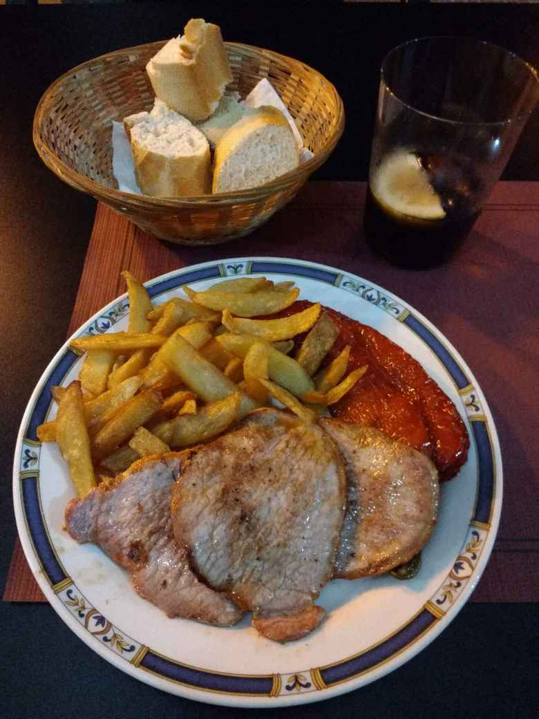 Menú del día con lomo (pork chops), bread, and French fries.