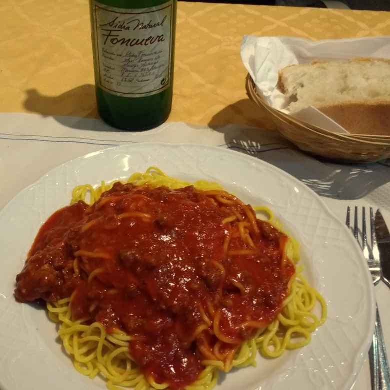 Spaghetti with marinara sauce, bread, and cider at the restaurant inside Hotel Favila in Olveido.