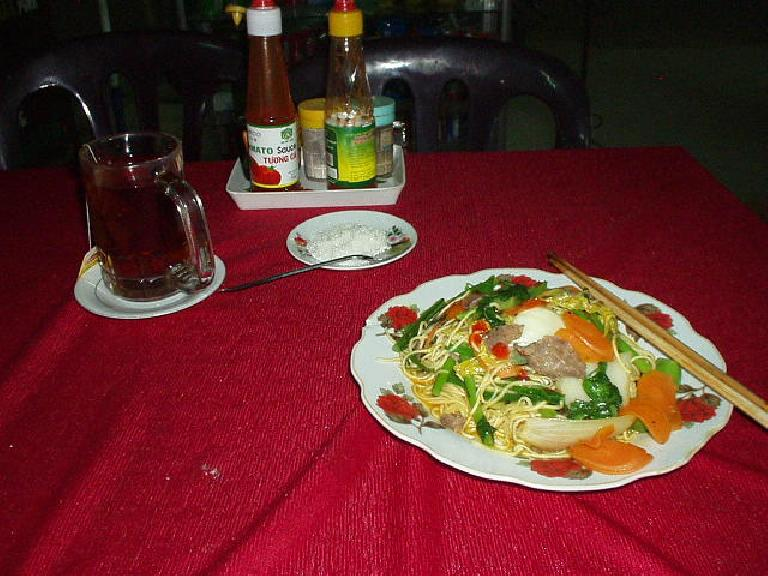 Dining al fresco in Hoi An: noodles with beef and Lipton tea. (July 7, 2006)