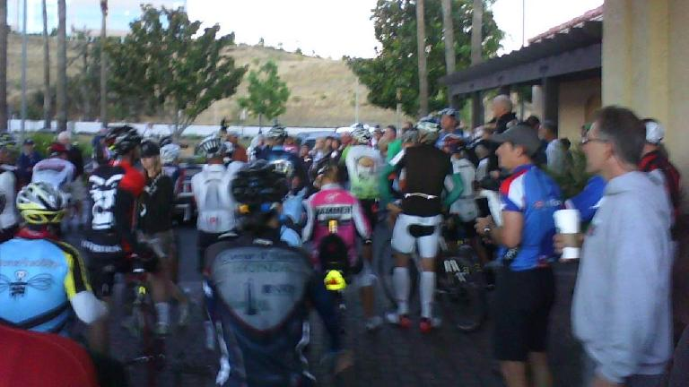 [6:49a] Just 11 minutes to go until race start.  The tall man on the right is NBA great and ultra-cycling fan, Bill Walton.