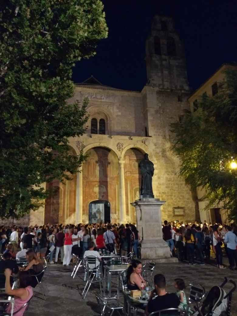 restaurant patrons at night, Fray Luis de Granada statue, concert outside Iglesia de Santo Domingo