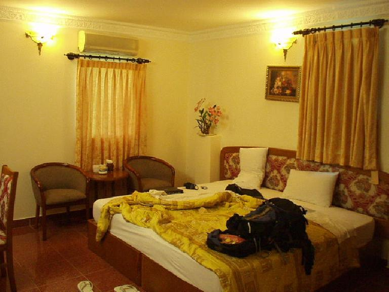 My first hotel room in the Hai Long I Hotel. (July 6, 2006)