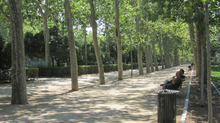 Two men having a conversation in el Parque del Retiro.