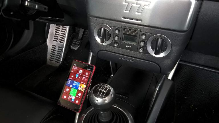 Nokia Lumia 820, center console side view, Audi TT