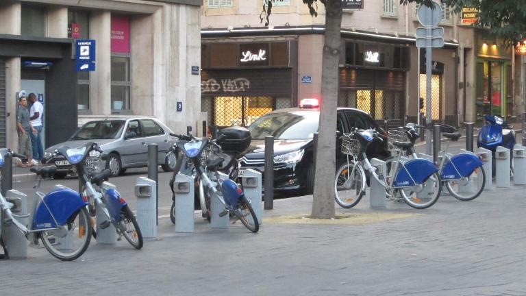 The city bike share bicycles were like the V?lib' bikes in Paris, just with blue-colored fenders.