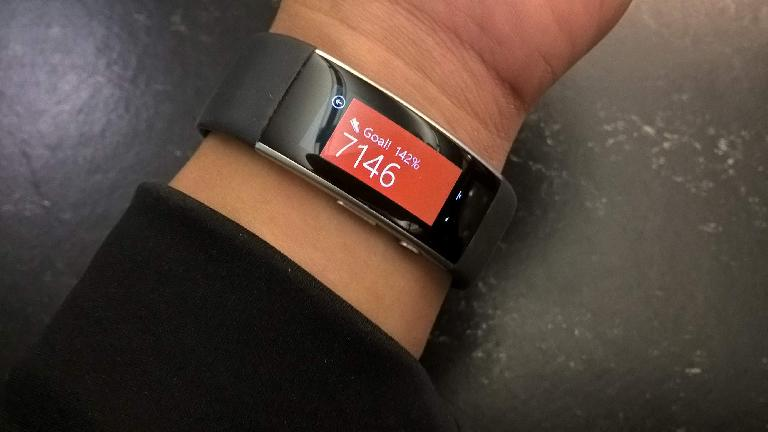 Microsoft Band 2, orange display, step goal