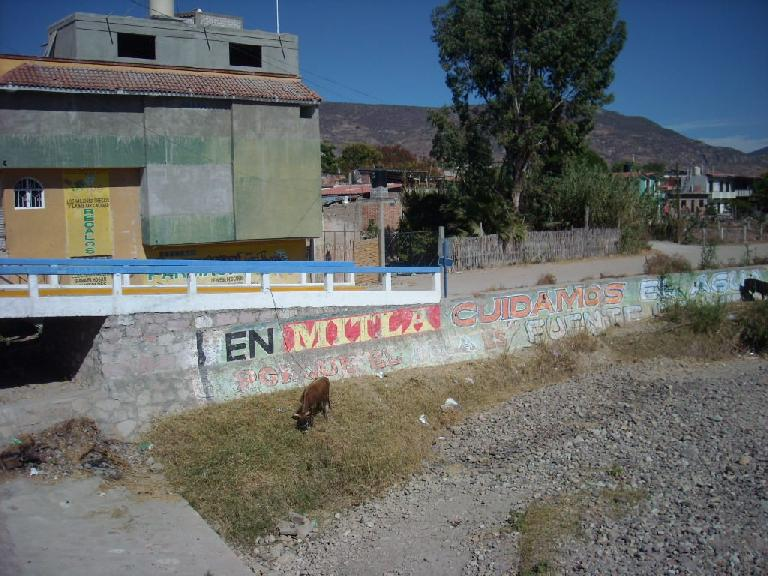 """En Mitla cuidamos el agua"" (in Mitla we take care of the water)."