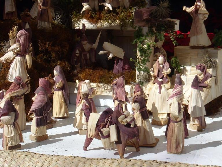 Figurines created from hojas de ma